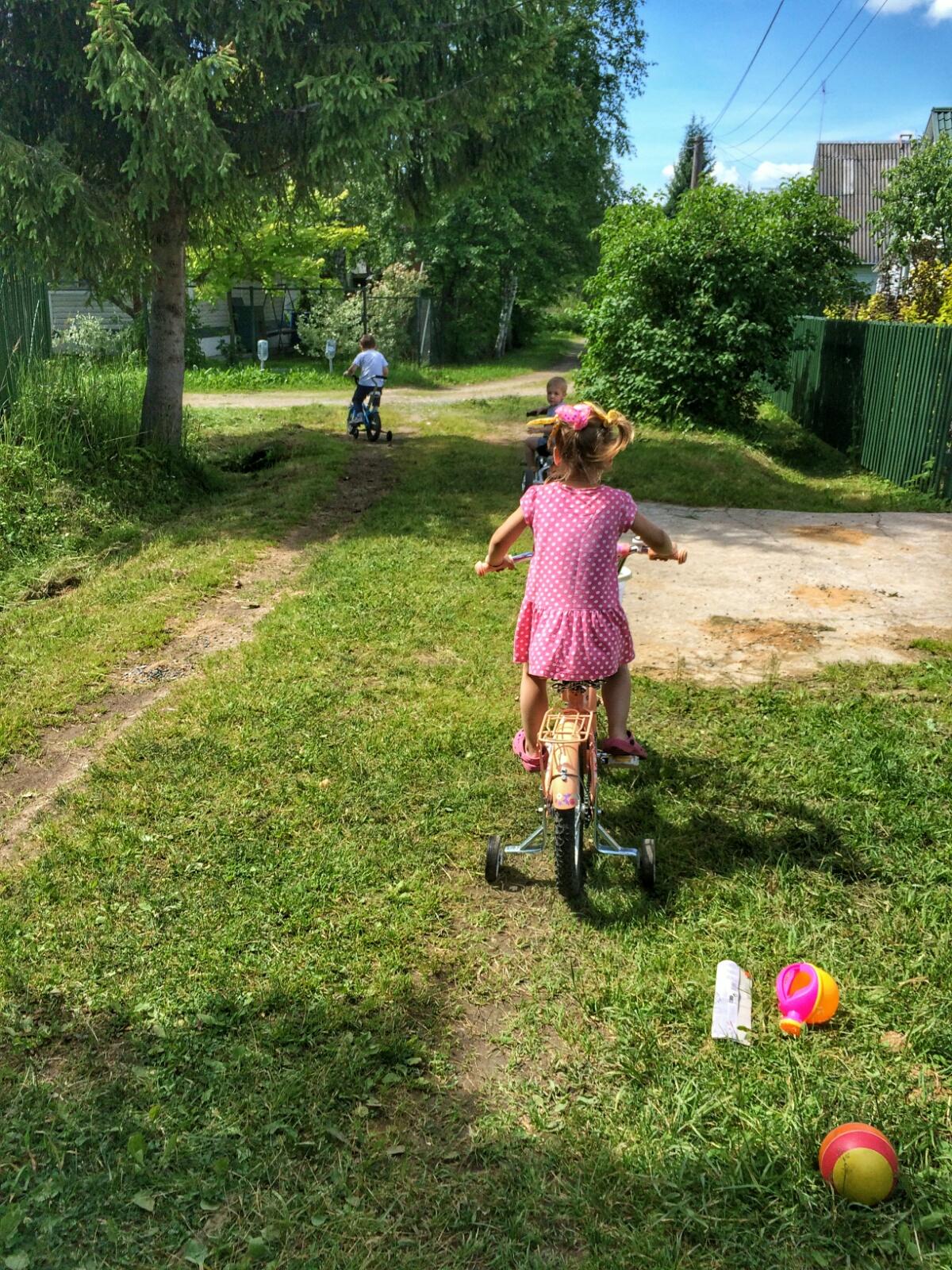 Наперегонки с друзьями по деревне