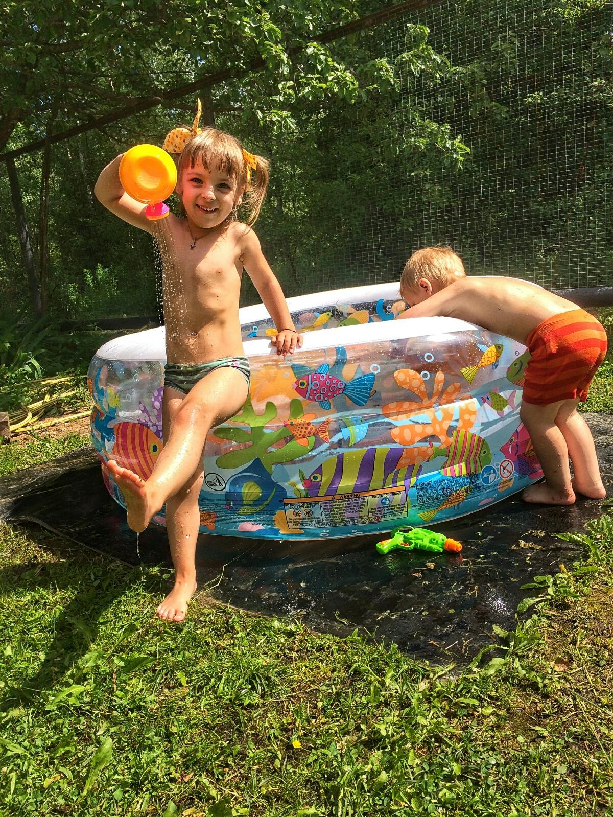 Поливаем воду в бассейн