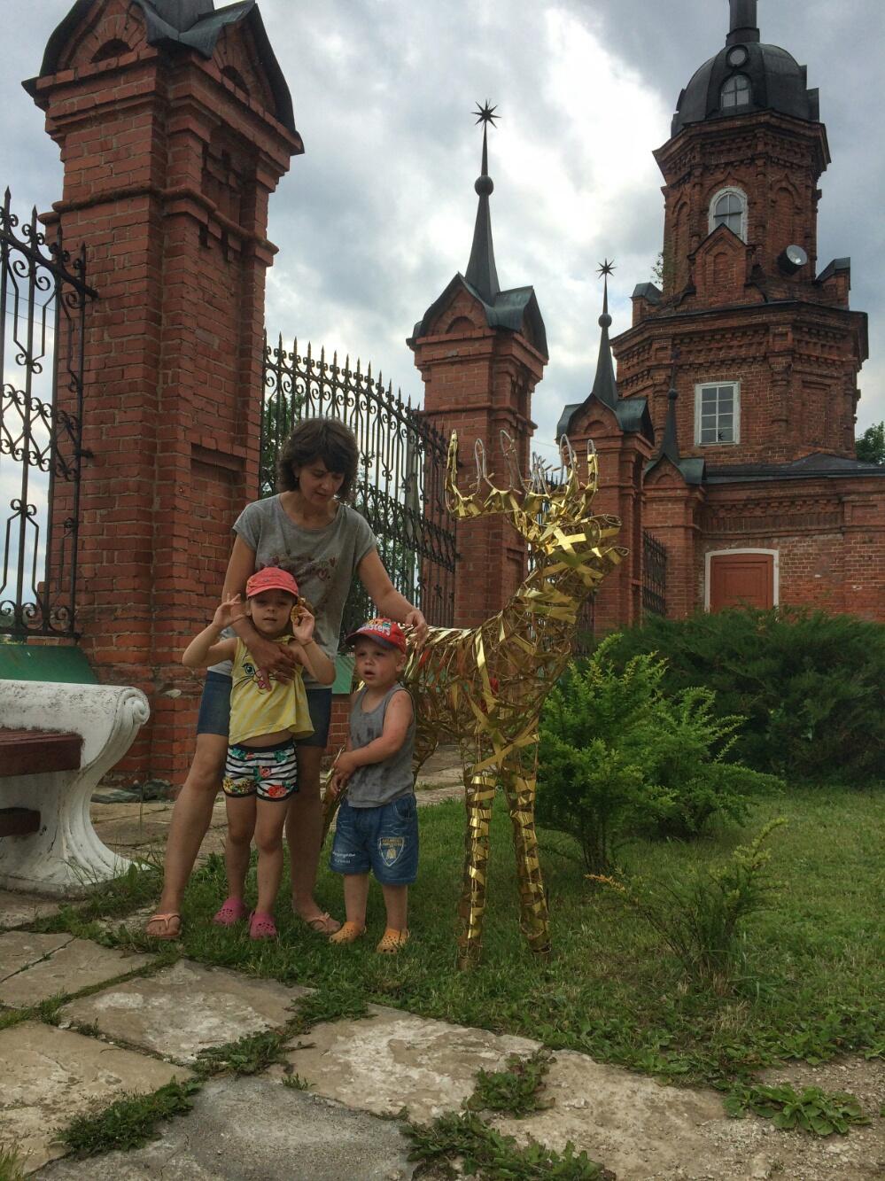 Возле золотого оленя на территории Волоколамского кремля