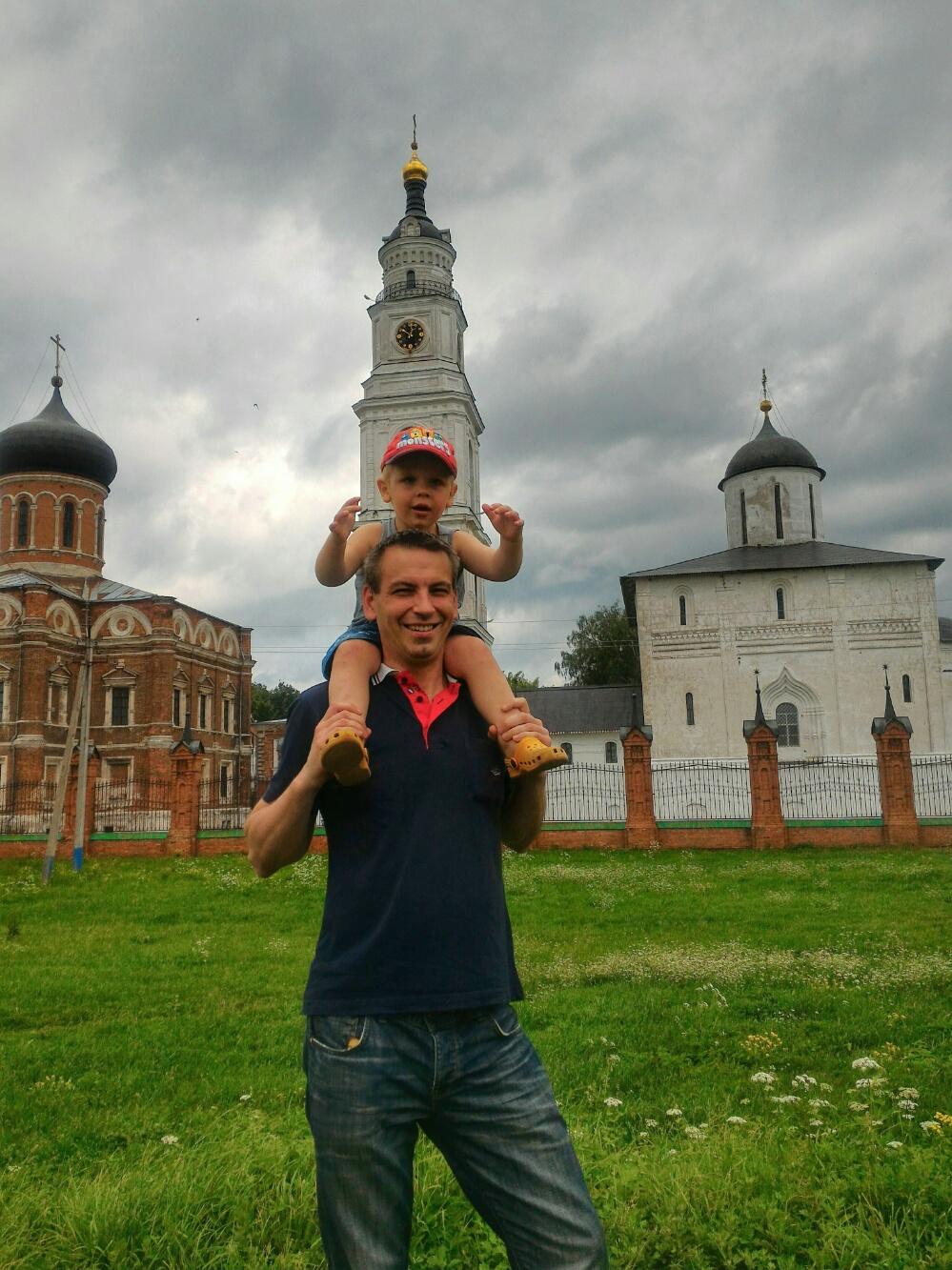 Тёмка с папой на фоне колокольни Волоколамского кремля