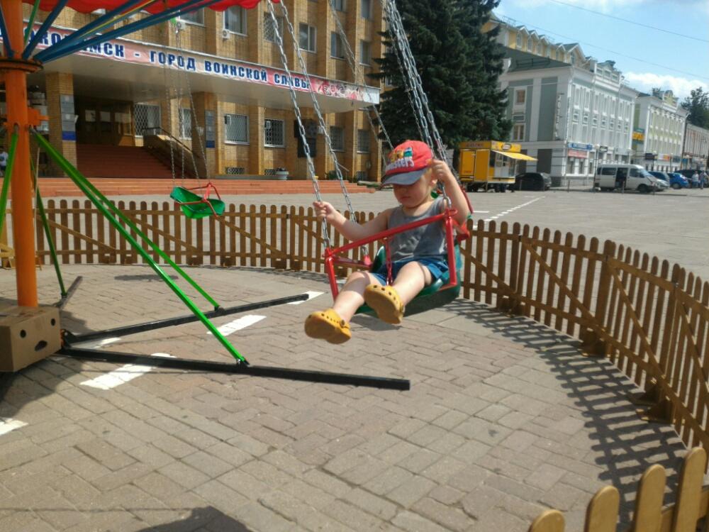 Тёма катается на карусели в Волоколамске