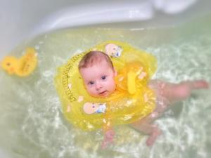 Алиса купается первый раз в ванной