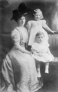 Принцесса Алиса вместе со своими детьми Мэй и Рупертом.