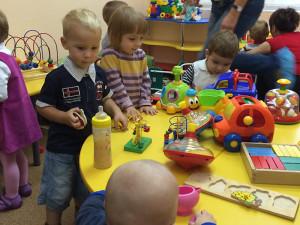 Алиса первый раз в детском саду