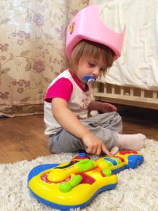 Алиса вынуждена ходить в шлеме