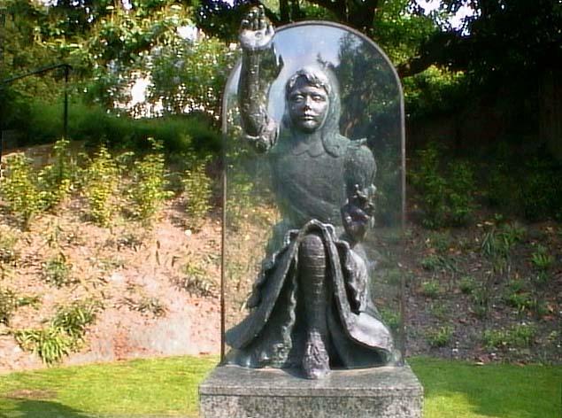 Памятник Алисе в зазеркалье в Гилдфорде
