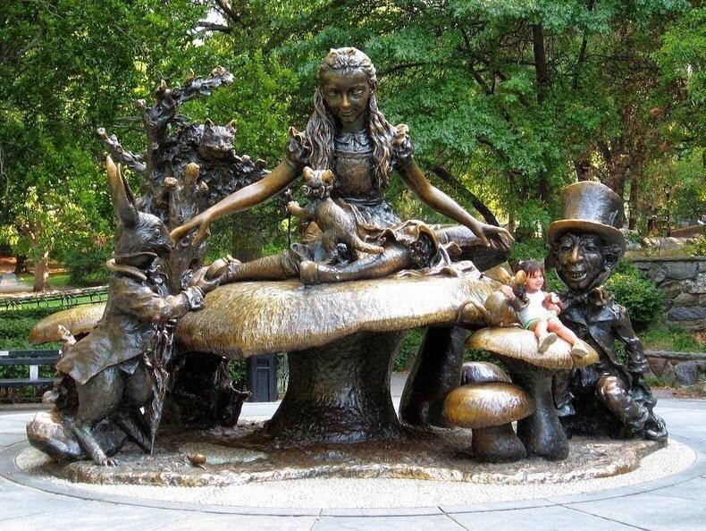 Памятник Алисе в стране чудес в центральном парке Нью-Йорка
