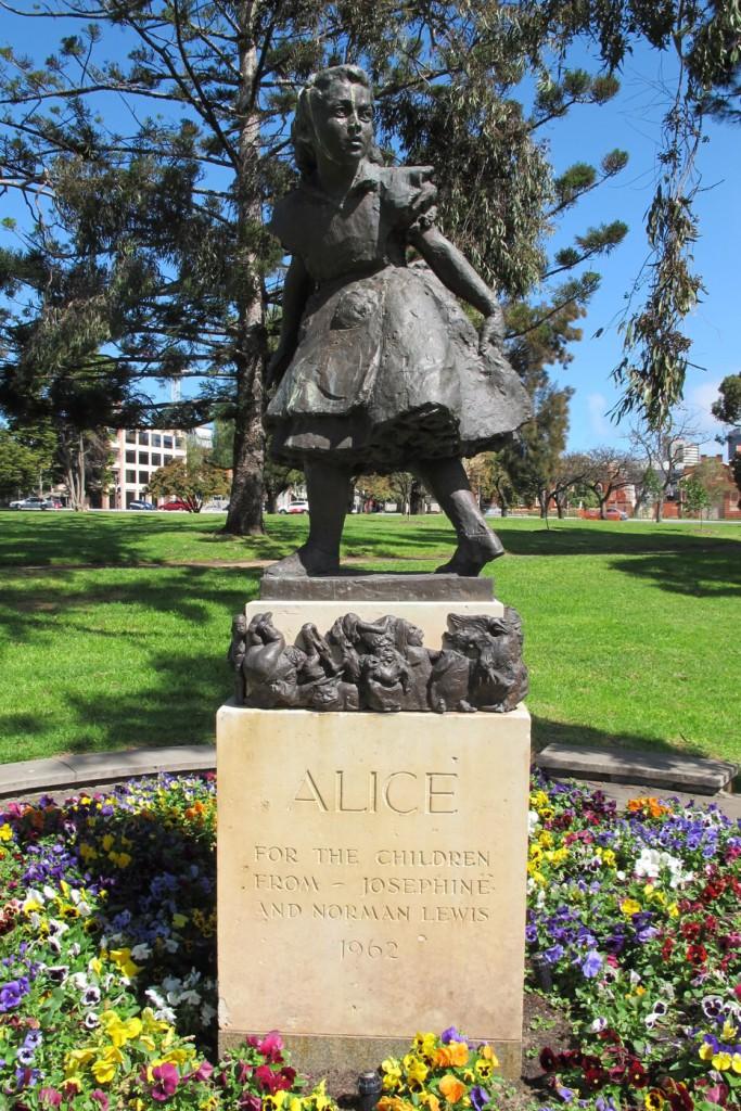 Скульптура «Алиса» в г. Аделаида.