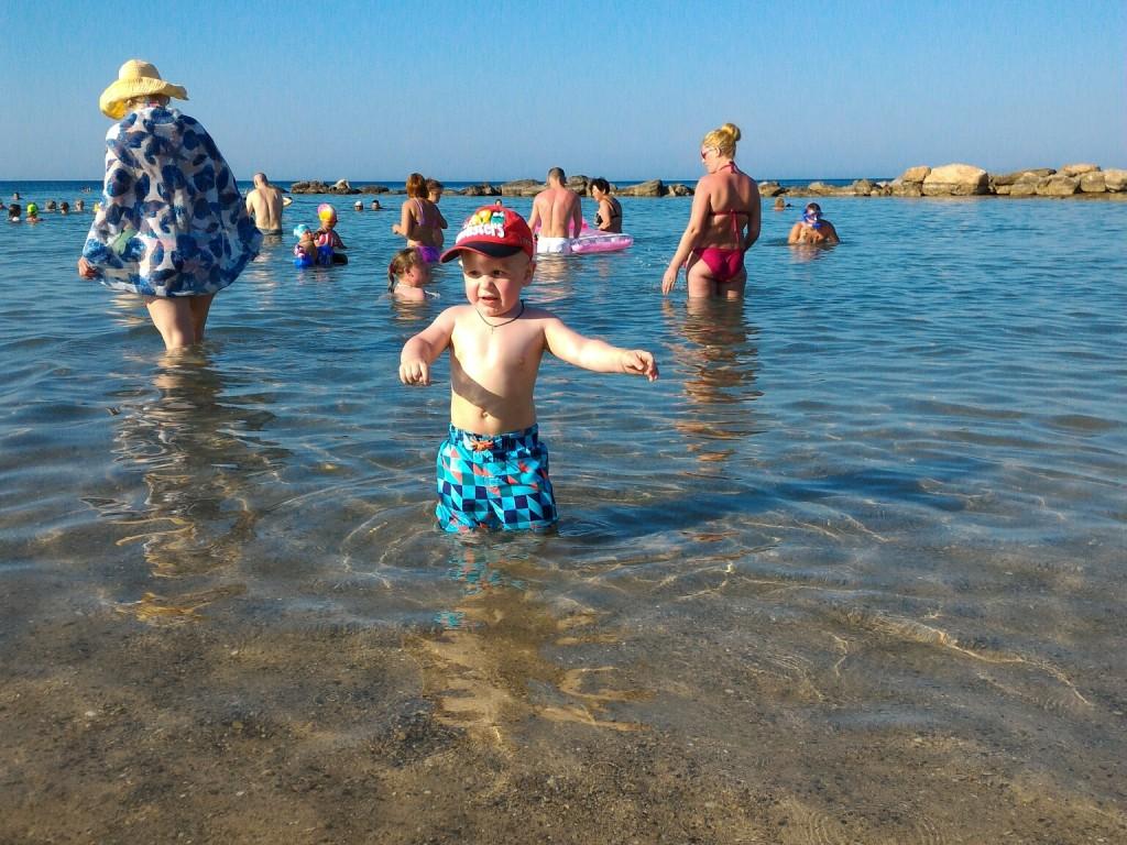 Тёма купается на пляже около отеля Марлита в Протаросе