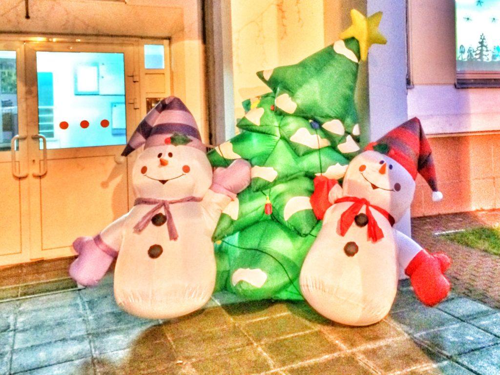 Снеговики перед детским садом