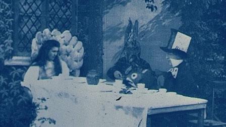 """© Фото: British Film Institute. Кадр из фильма """"Алиса в стране чудес"""" (Alice in Wonderland). Режиссер - Сесил Хепуорт. 1903 год"""