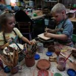 Лепка из глины в творческой мастерской Винзавода