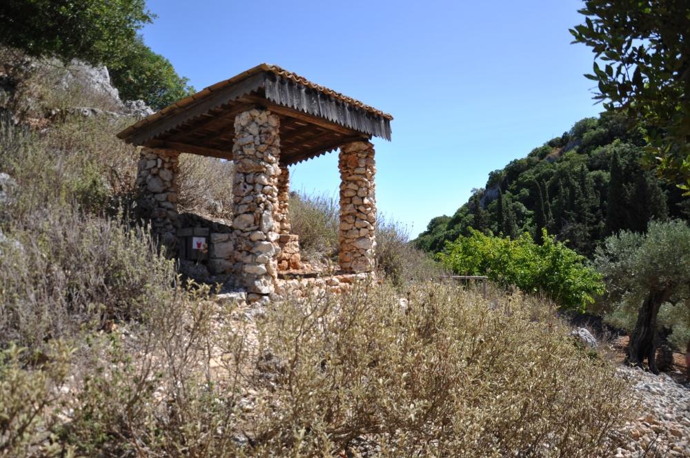 Каменная беседка в парке Аскос