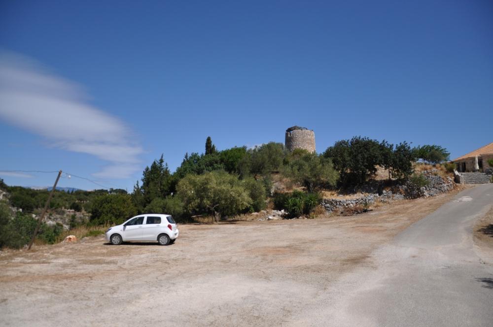 Каменная башня рядом с парком Аскос