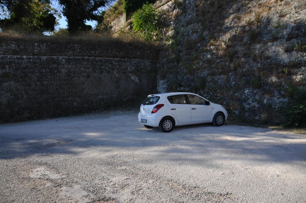 Hyundai i20 на парковке перед крепостью Бохали