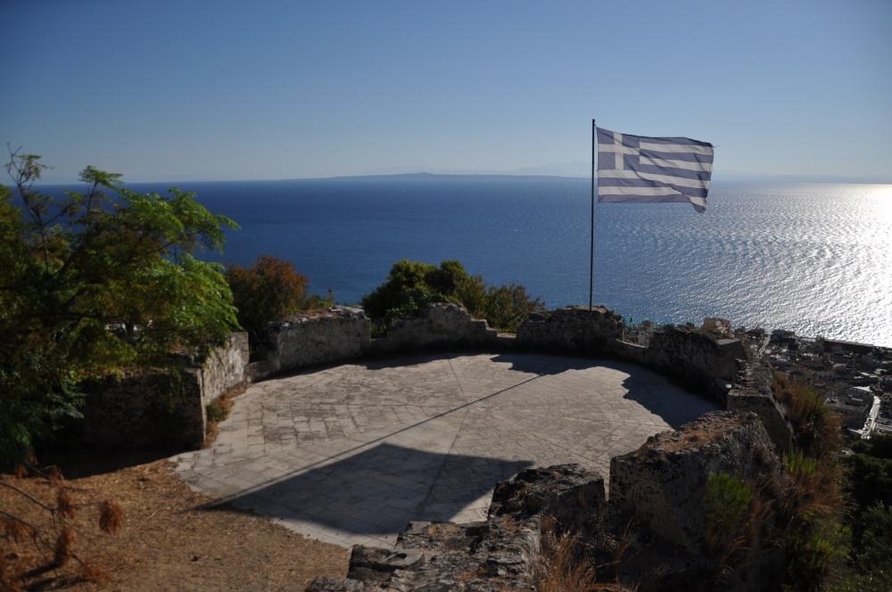 Греческий флаг на бастионе крепости Бохали