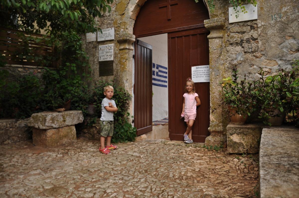 Главные ворота монастыря Анафонитрия