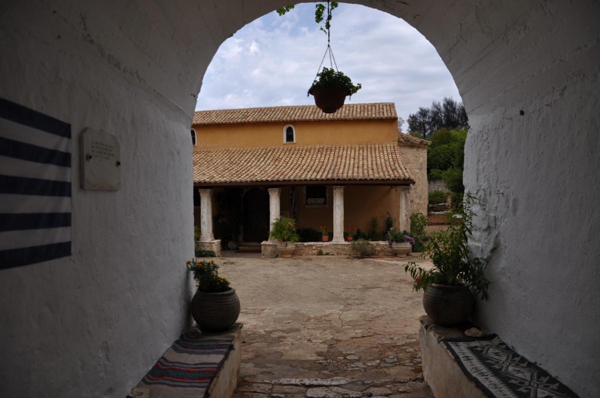 Арка на входе в монастырь Анафонитрия