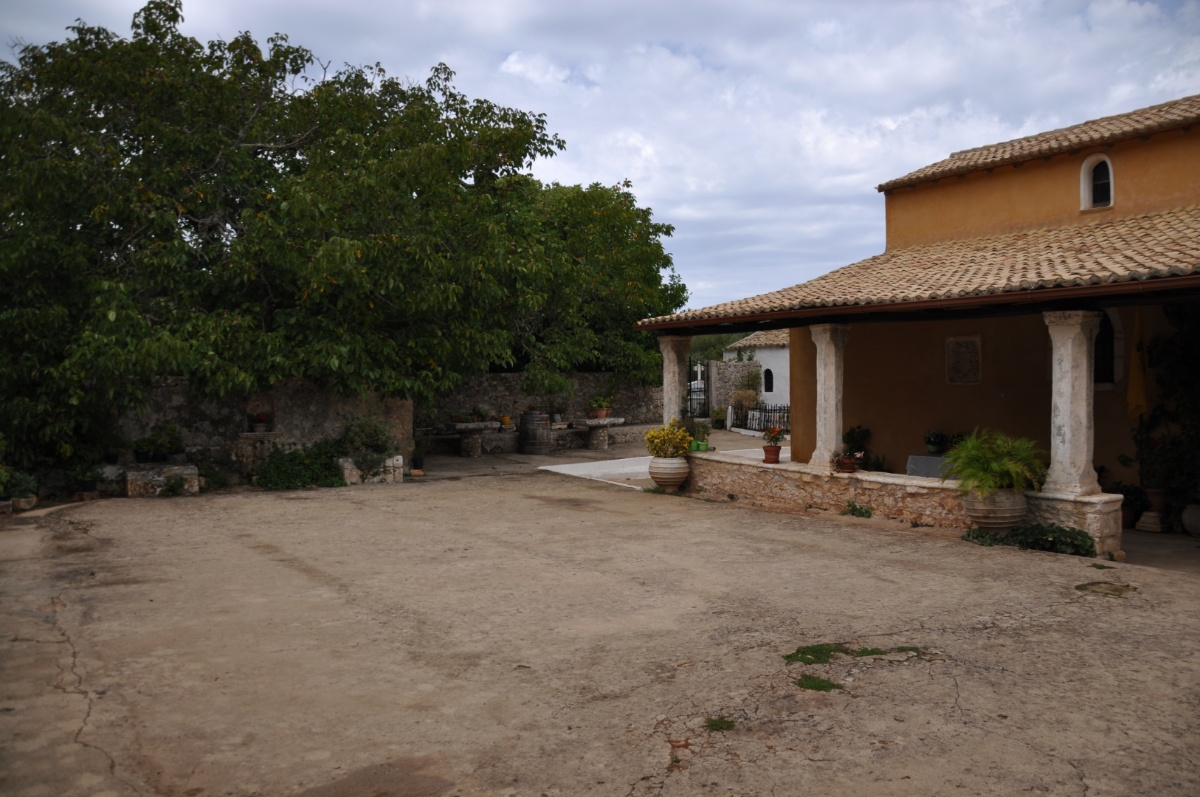 Внутренний двор монастыря Анафонитрия