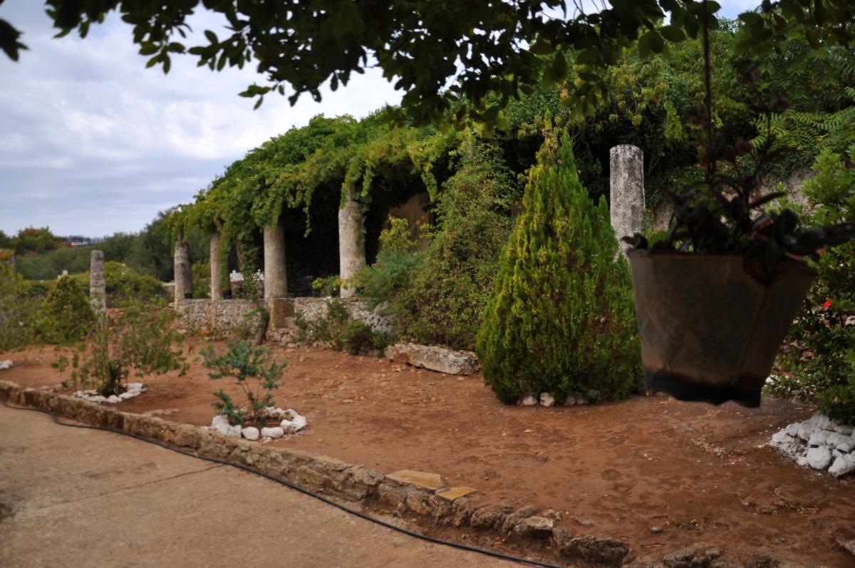 Задний двор монастыря Анафонитрия