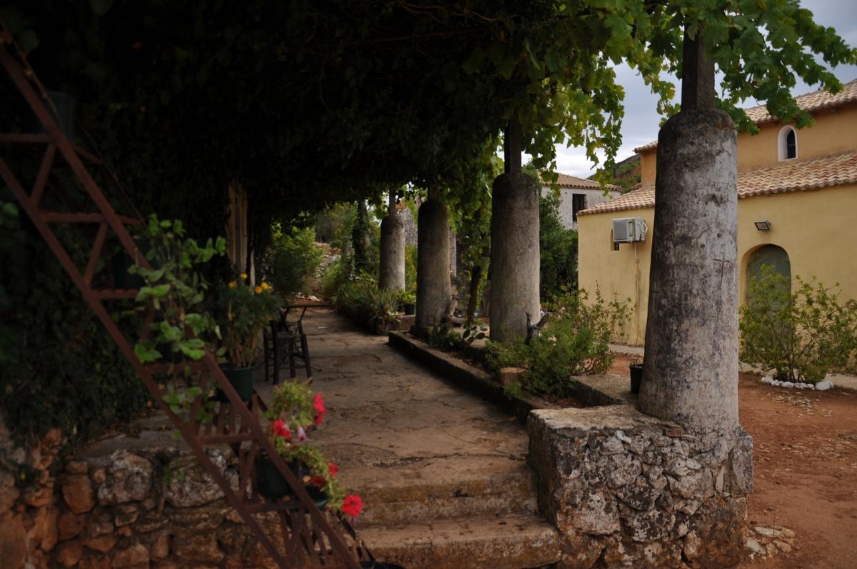 Коллонада на заднем дворе монастыря Анафонитрия