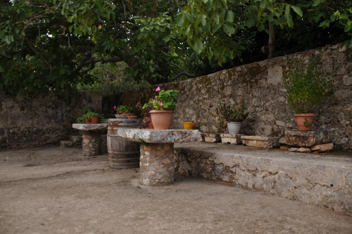 Каменные столики в монастыре Анафонитрия