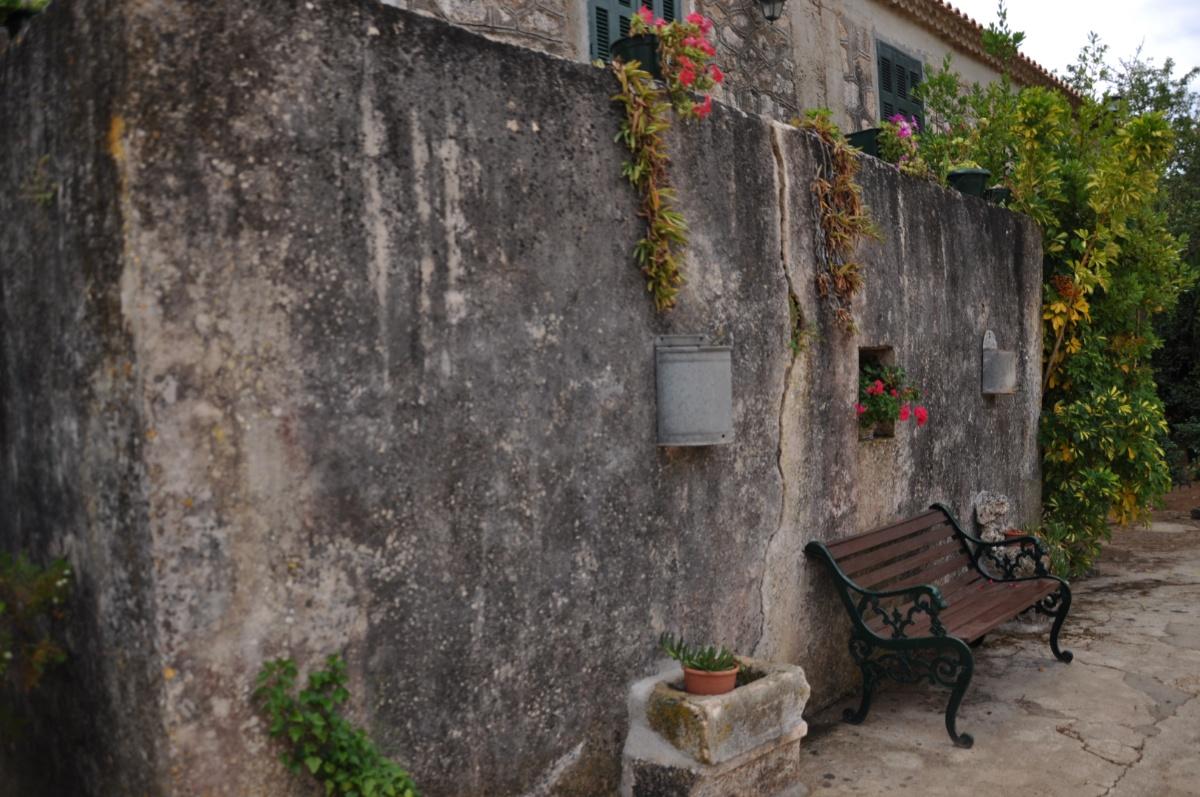 Скамейка в монастыре Анафонитрия