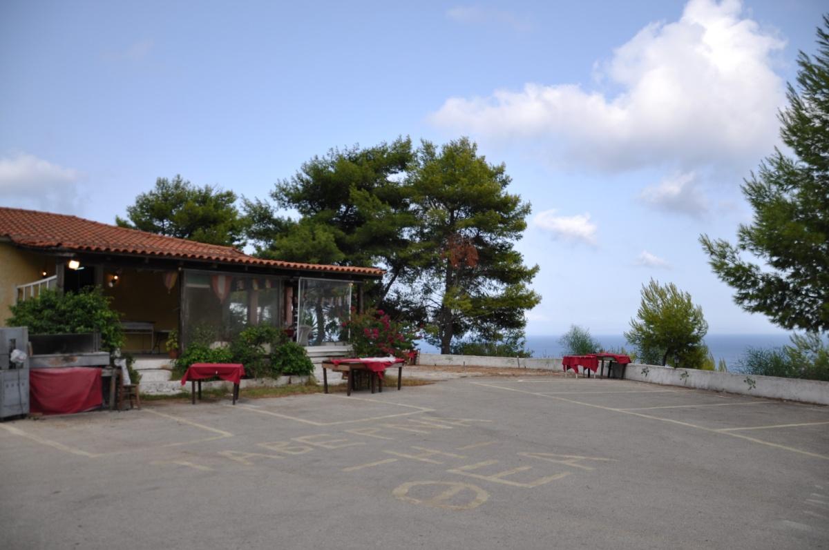 Площадка перед таверной H ΘEA