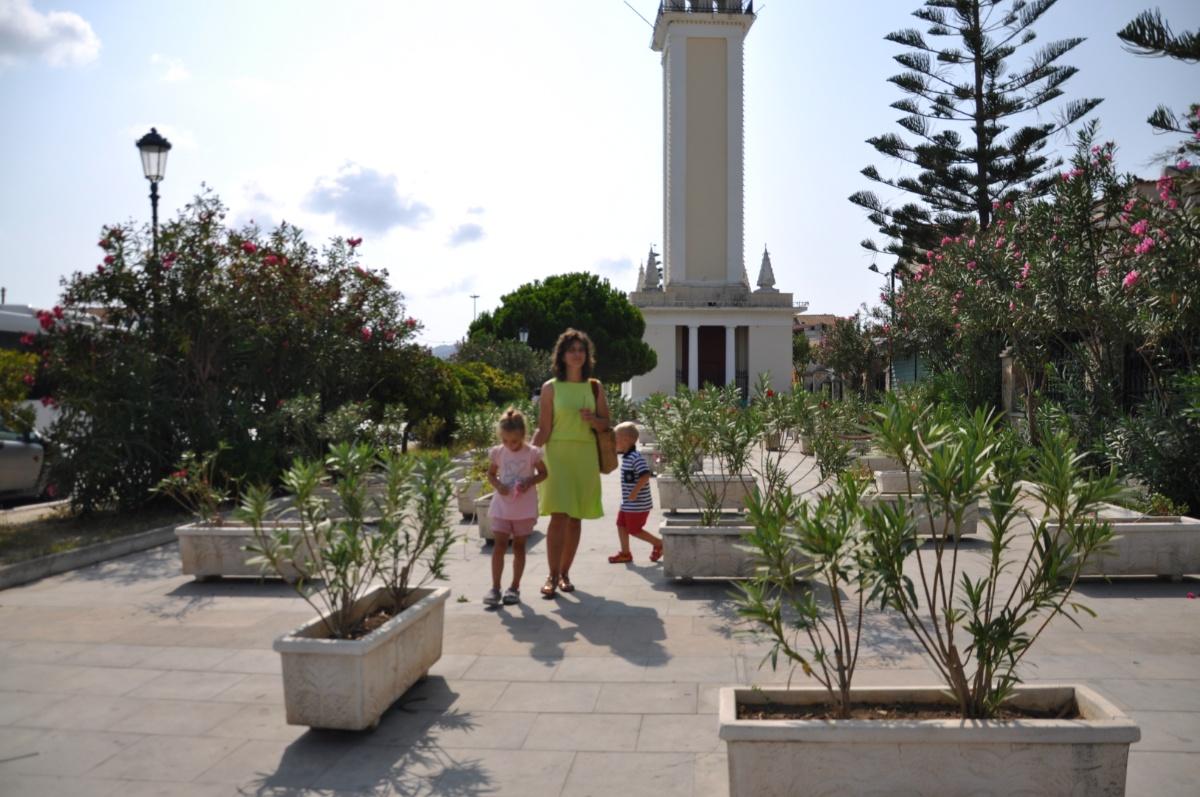Площадь перед церковью Agios Dionysios