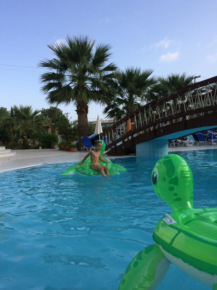 Купаемся с черепахами в бассейне отеля Villa Basil