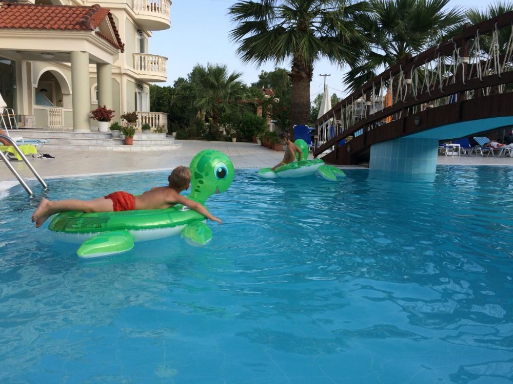 Купаемся в бассейне отеля Villa Basil