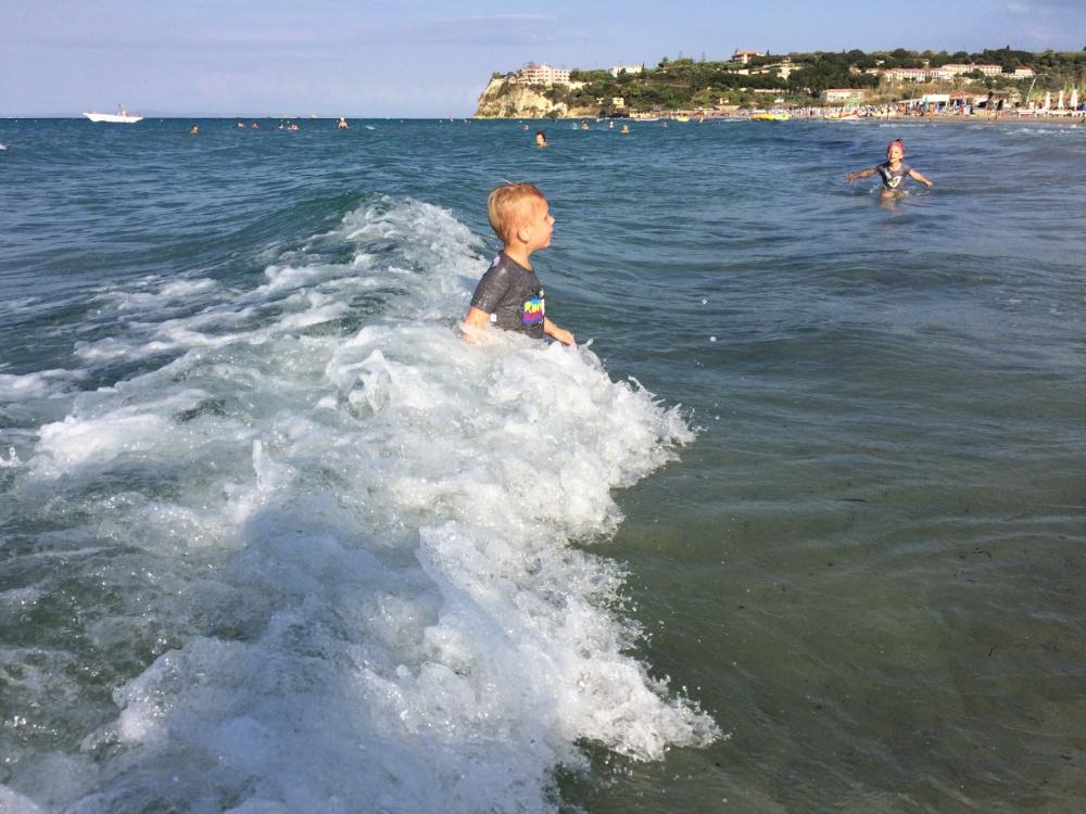 Волны выносят Тёму обратно на берег