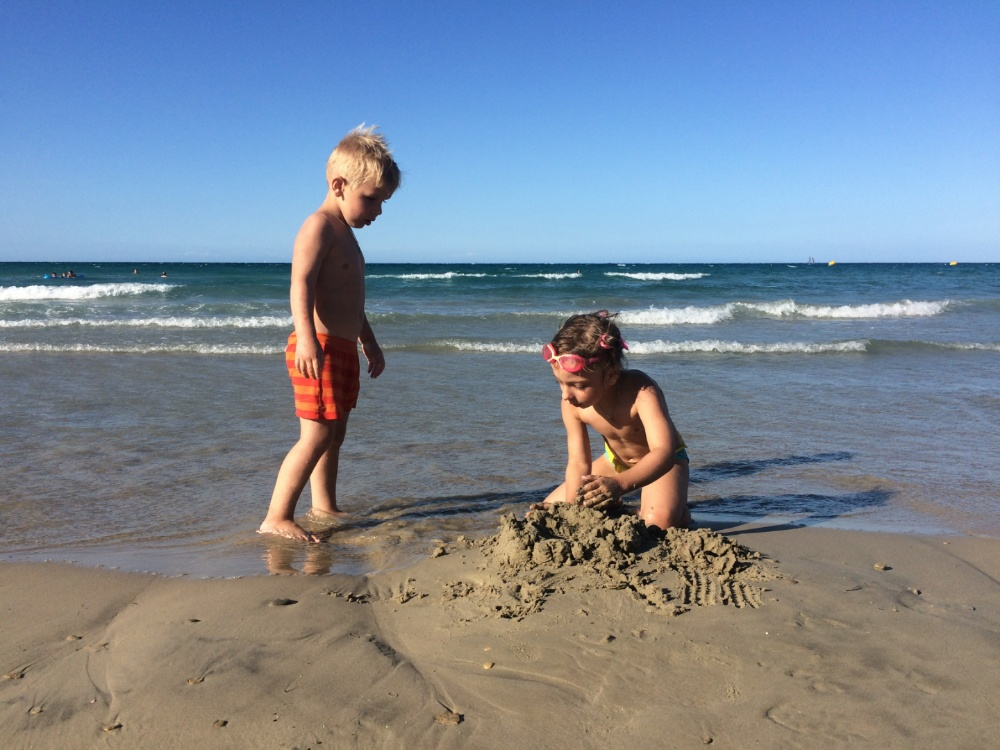 В песке на пляже Циливи
