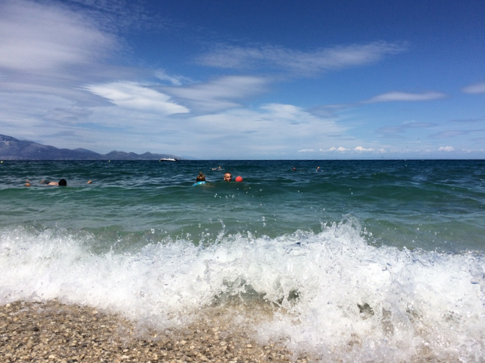 Прибой на пляже Makris Gialos