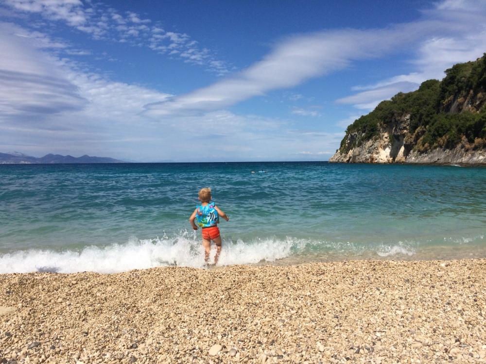 Тёмка бежит в море на пляже Makris Gialos