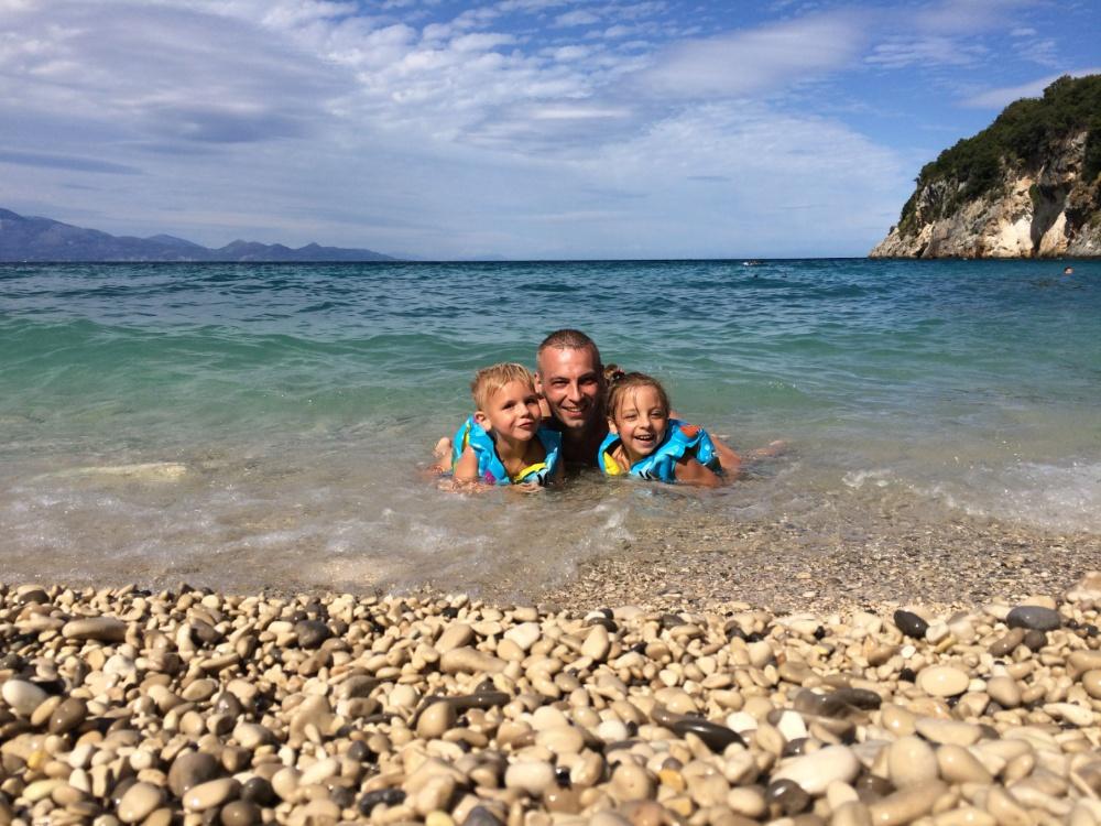 Купаемся на пляже Makris Gialos