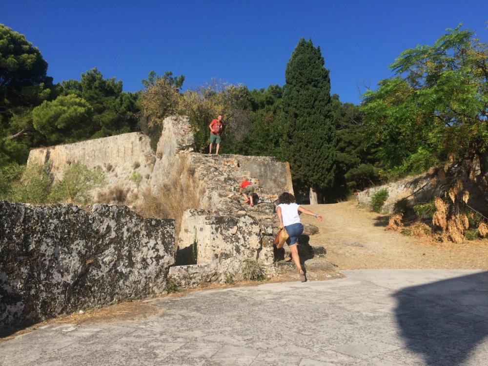 Тёмка карабкается на стены крепости Бохали