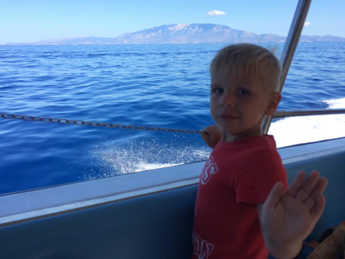 Тёма на катере плывёт в бухту Навайо