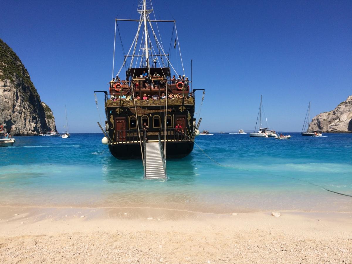 Трёзпалубная шхуна причаливает к пляжу Навайо