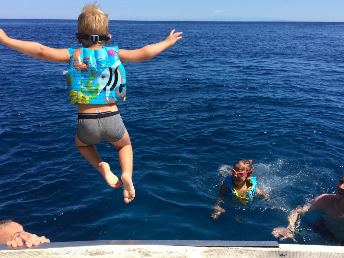 Тёмка прыгает с корабля в море