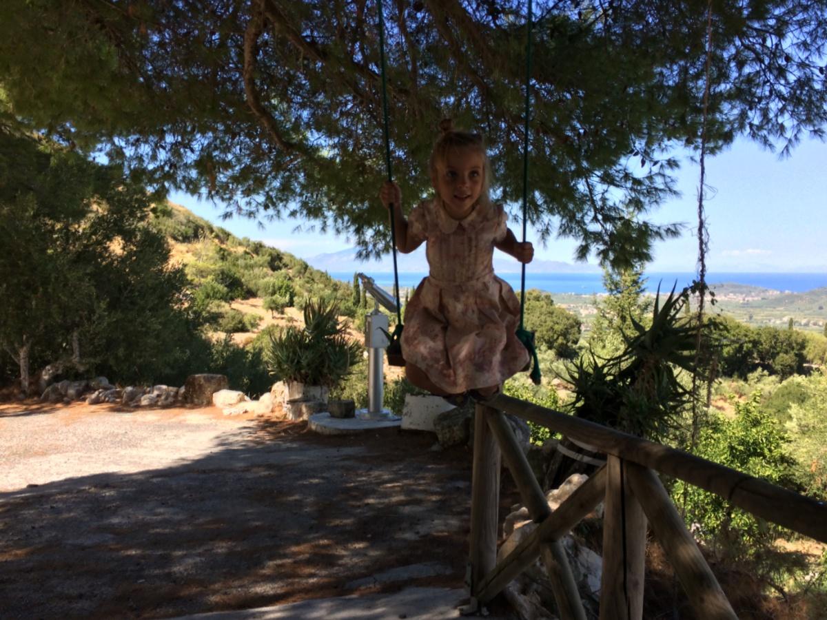 Катаюсь на качелях в Таверне Vrahos