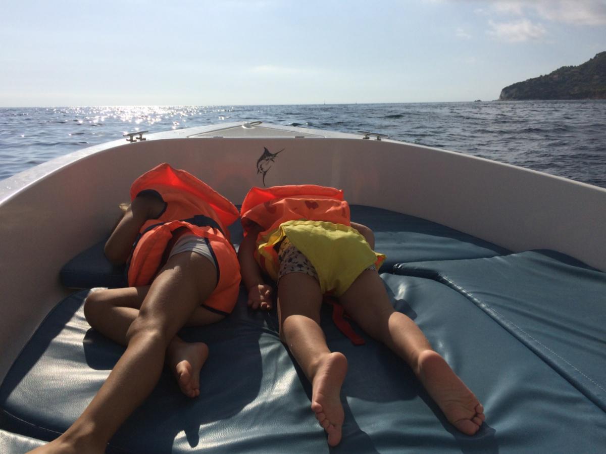 Воляемся с Тёмой на носу лодки