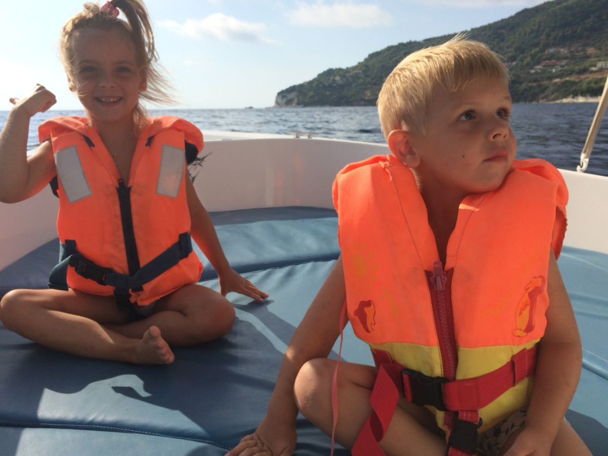 Плывём на лодке вдоль острова Закинф