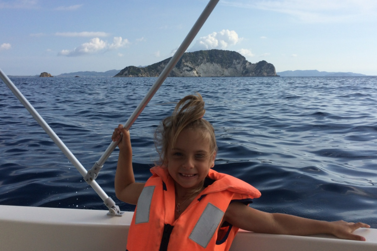 Плыву на лодке мимо островке Марафонити