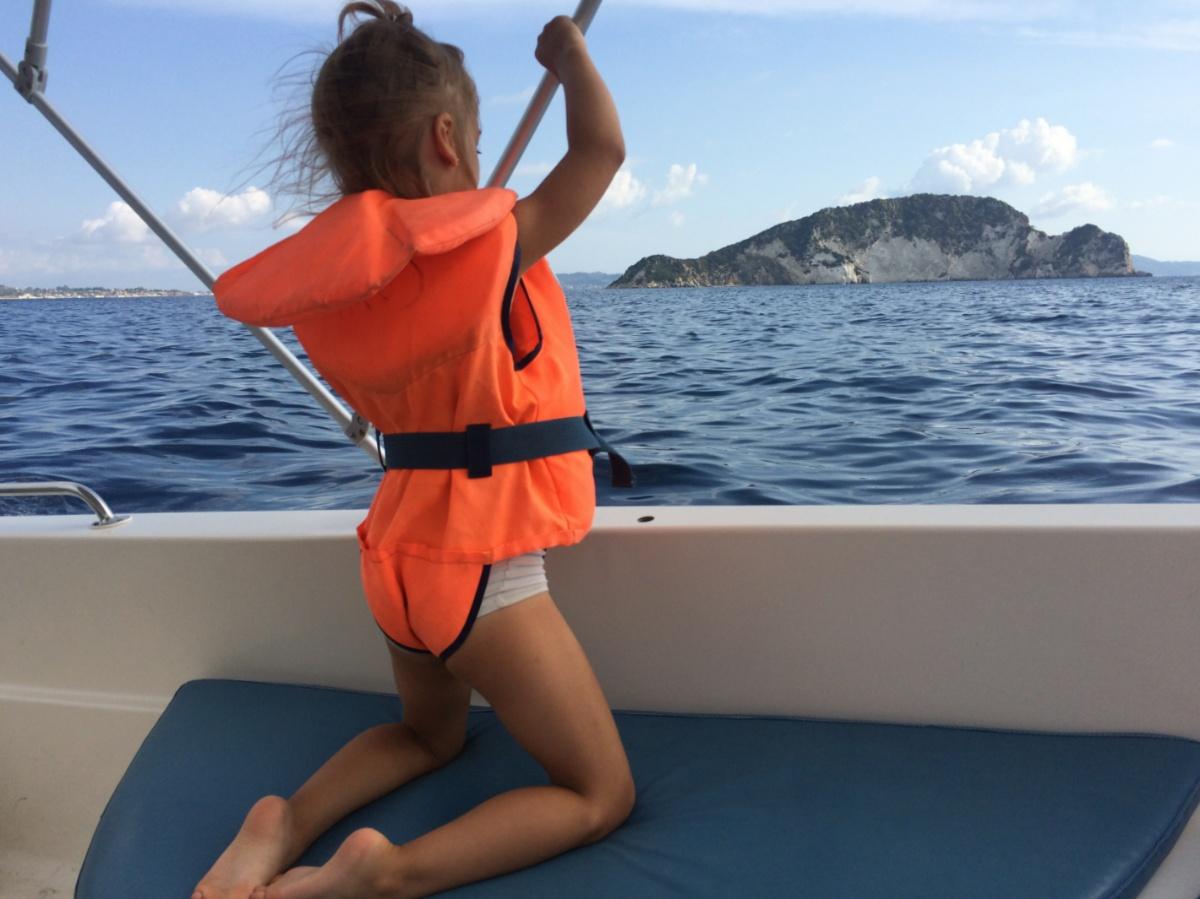 Плыву на лодке мимо острова Марафонити