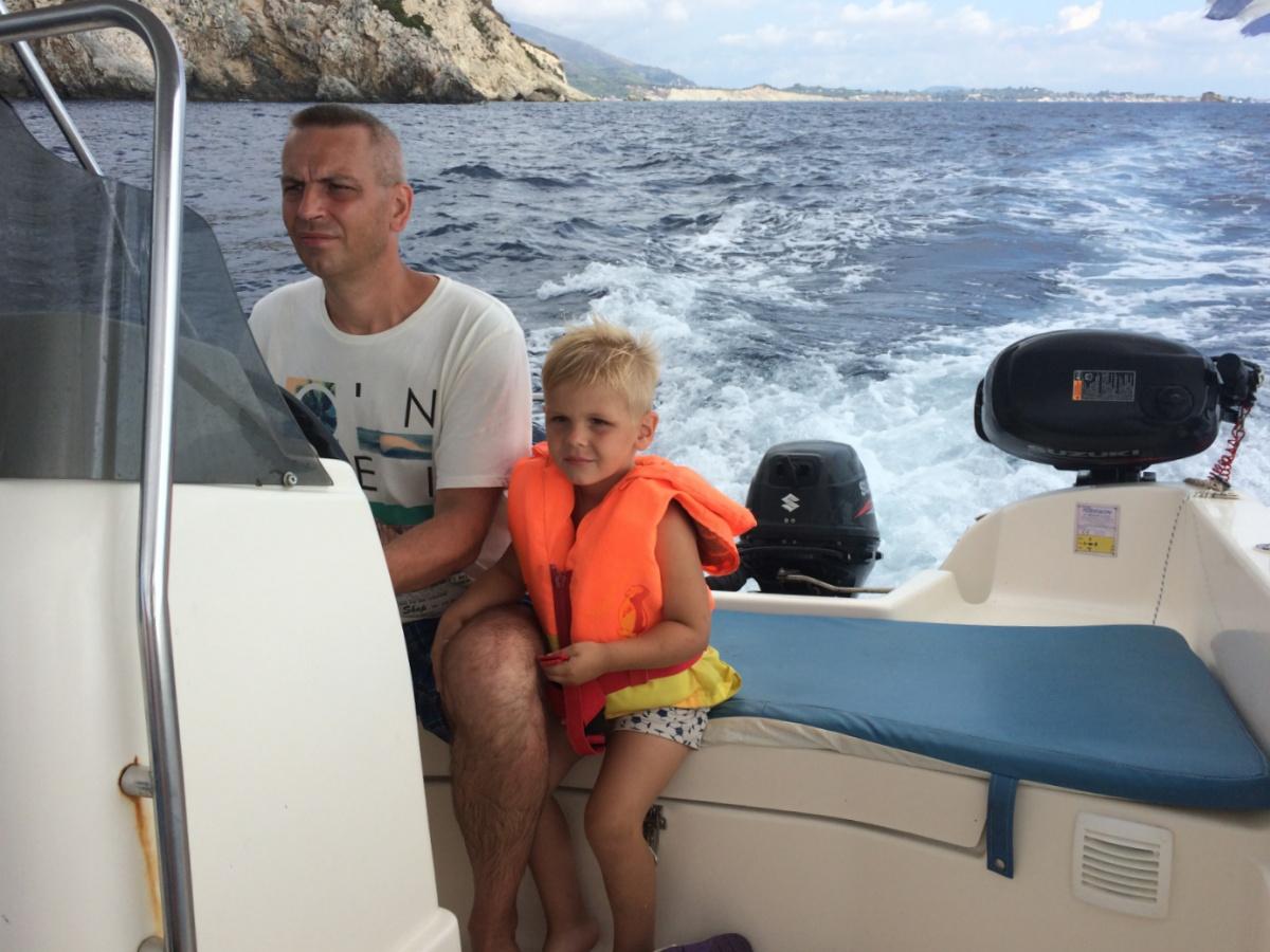 Тёма с папой управляют лодкой