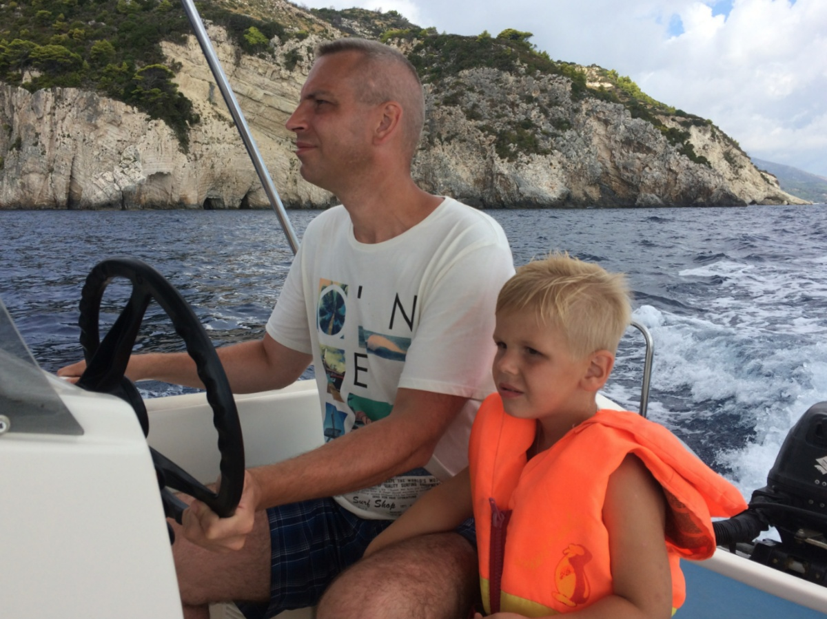 Тёма с папой ведут лодку в прибрежных водах острова Закинф