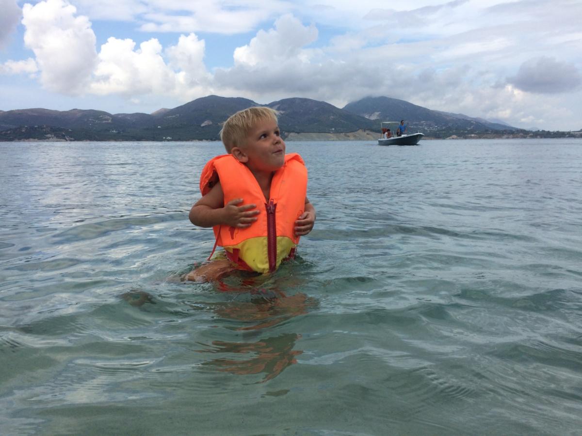 Тёмка купается рядом с черепашьим пляжем
