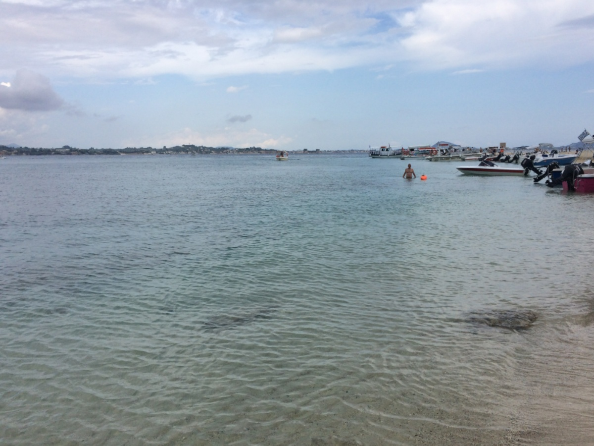 Береговая линия пляжа на острове Марафониси