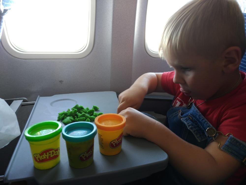 Тёмка играет в Play-Doh во время полёта